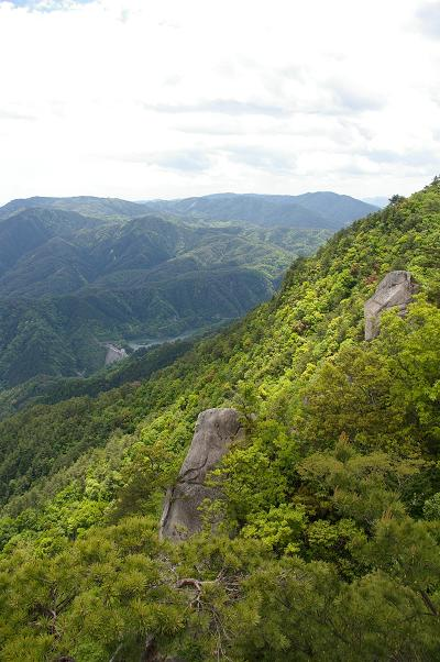 窓ヶ山7合目より魚切ダム・極楽寺山を望む
