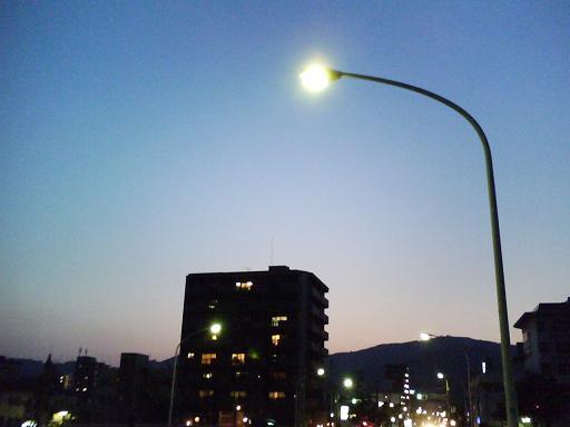 北大橋の街灯with夕暮れの三滝山