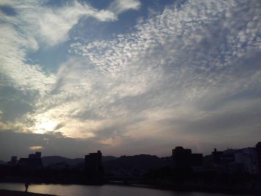 夕暮れ時の鱗雲 元安川河川敷にて
