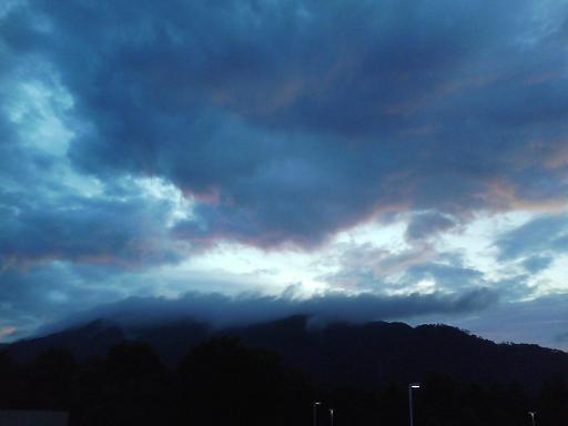 山から生まれる雲