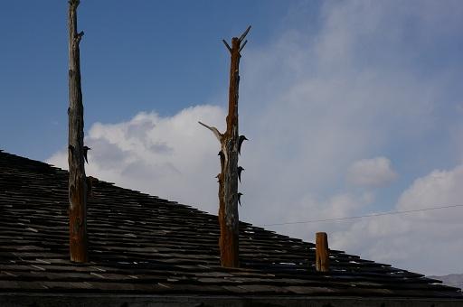 資料館の屋根に刺さってるの薙鎌じゃないですか!