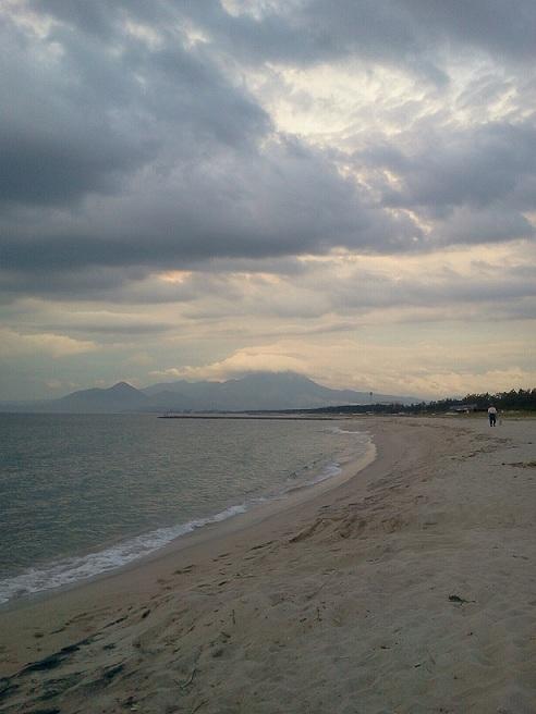 夕暮れ時の弓ヶ浜から大山を望む