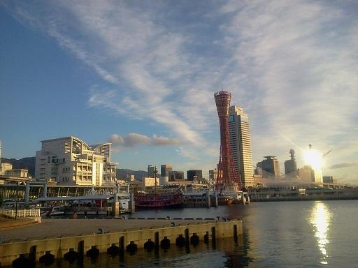 神戸港。右奥が何か発射しそう。ACfA的な感じで。